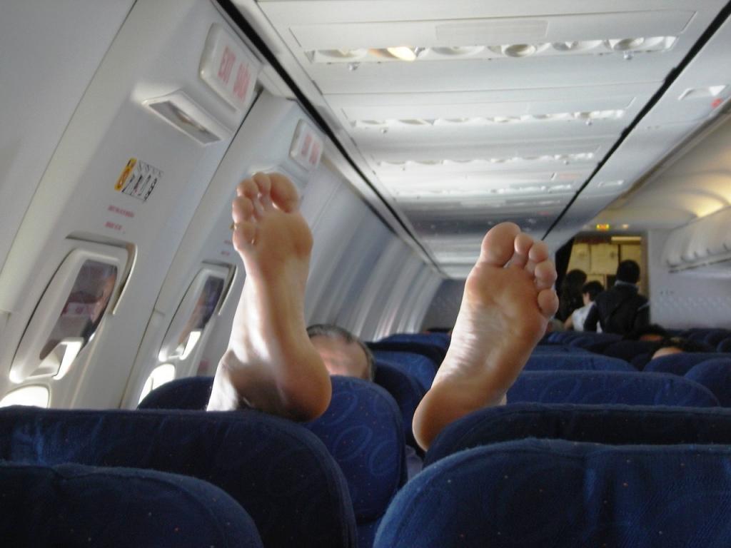 ноги в самолёте